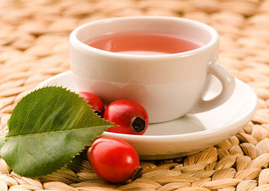 Кружка чая и плоды шиповника